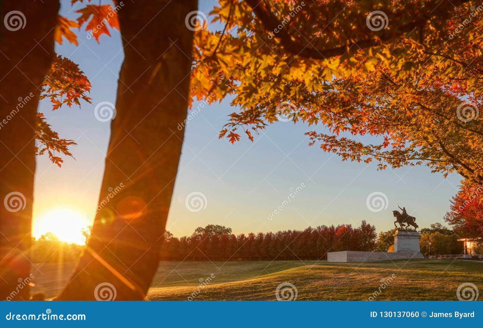 Восход солнца и листопад на холме искусства, Сент-Луис, Миссури