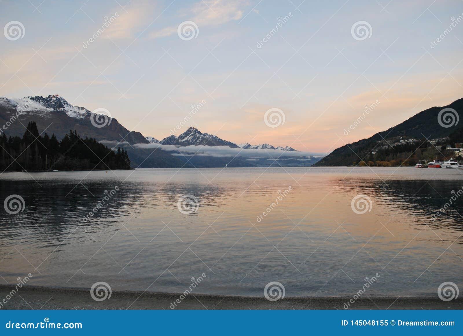 Восход солнца над озером Wakatipu