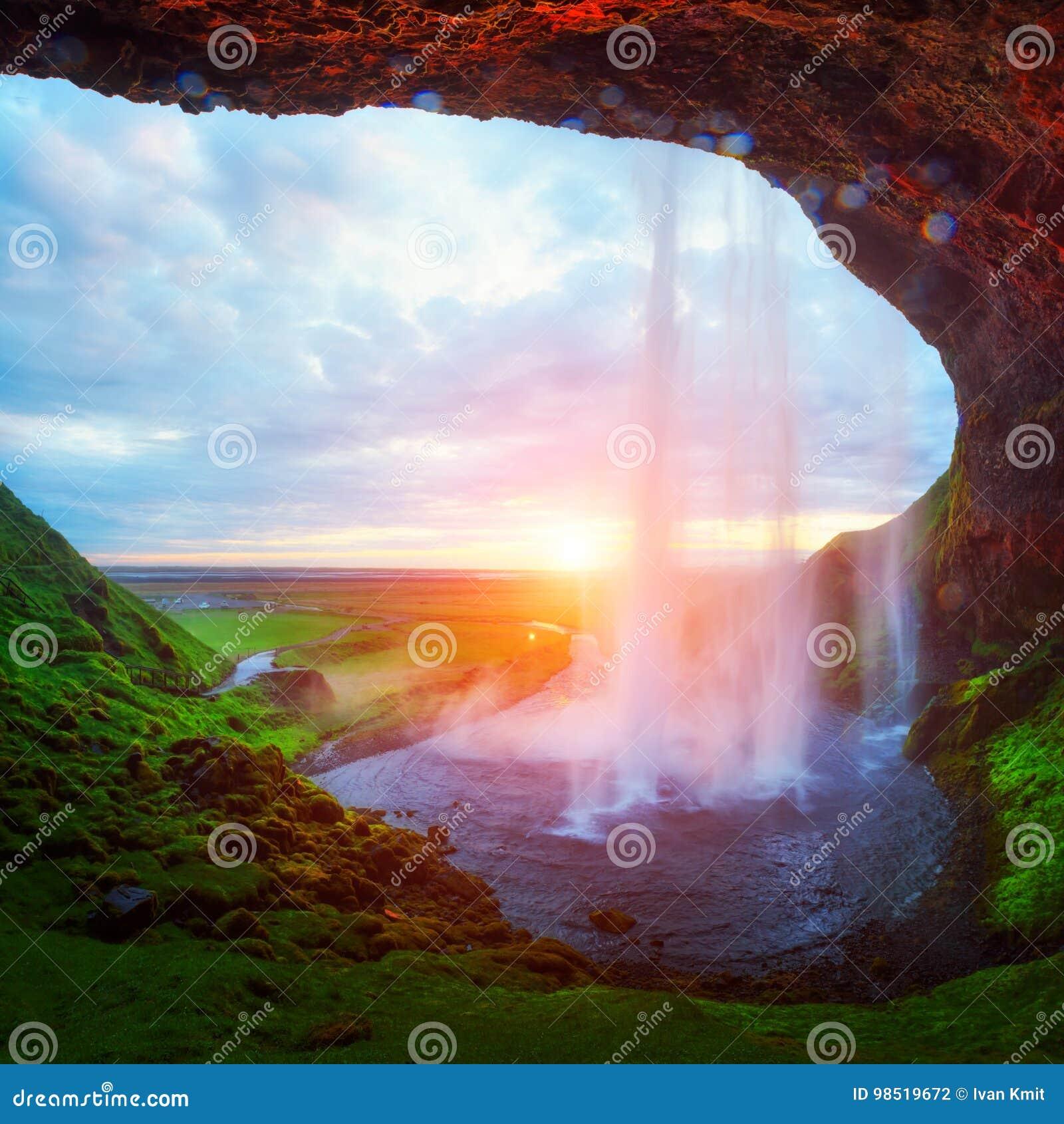 Восход солнца на водопаде Seljalandfoss