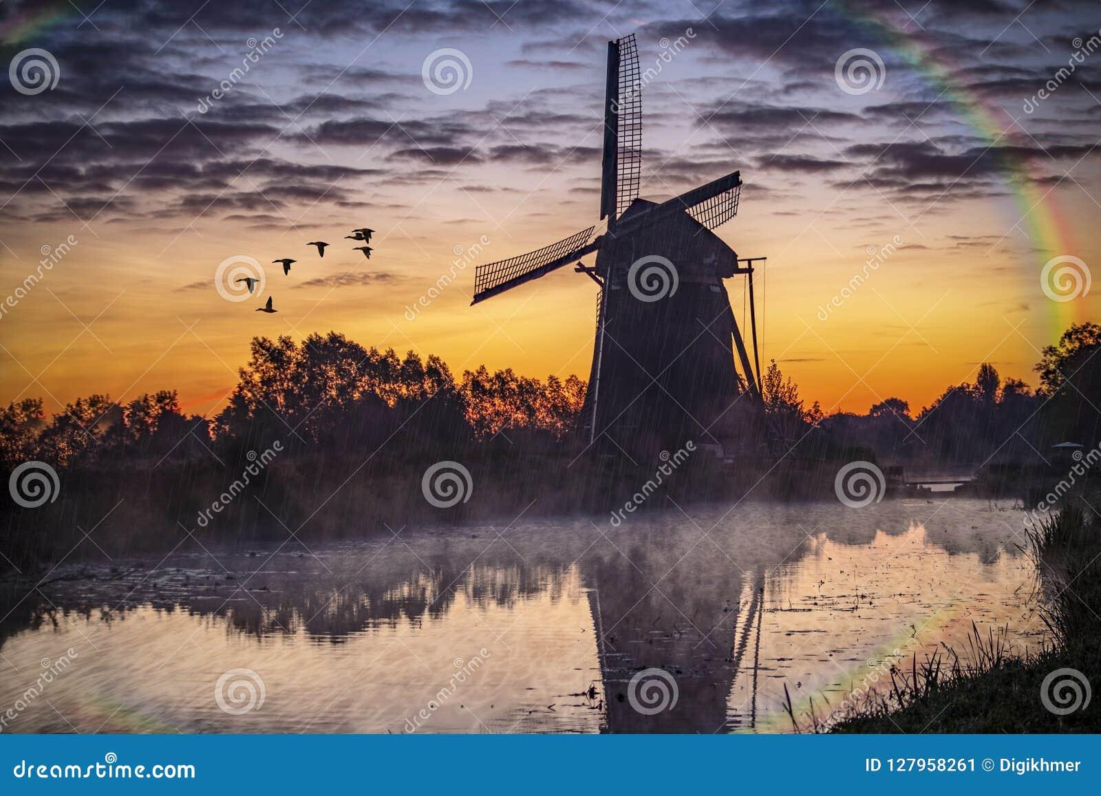 Восход солнца на голландской ветрянке