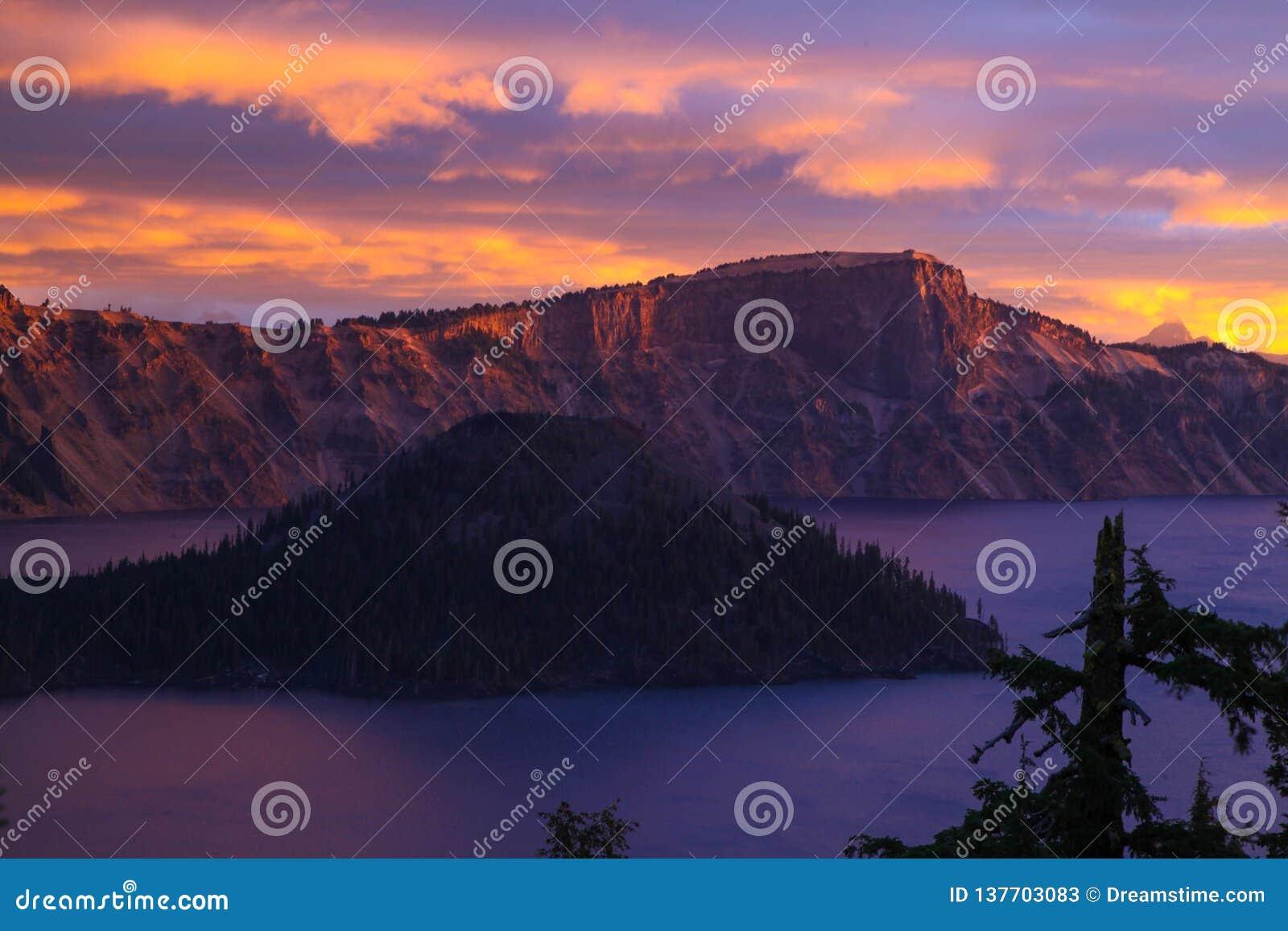 Восход солнца на острове волшебника на озере кратер, Орегоне