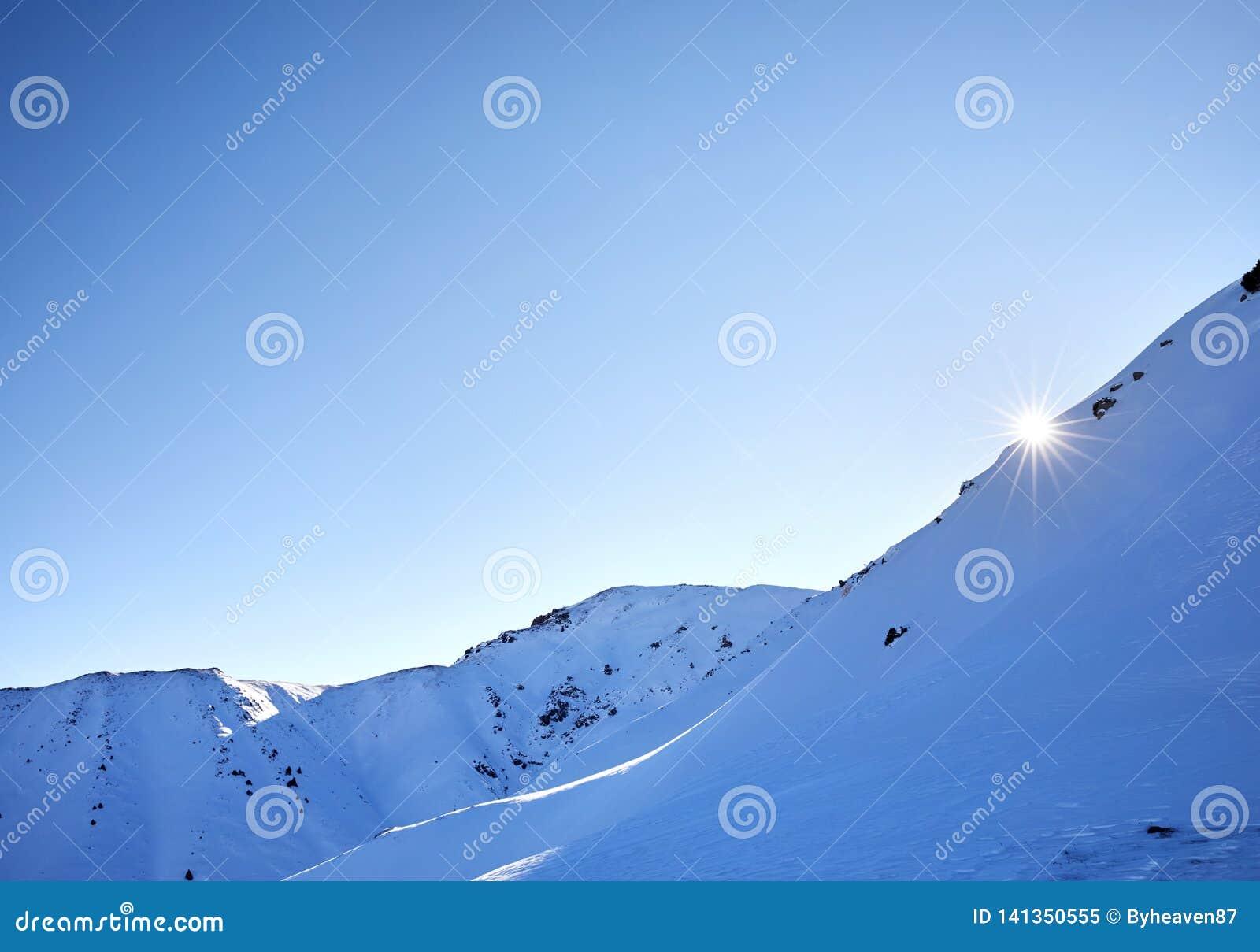 Восход солнца на снежных горах