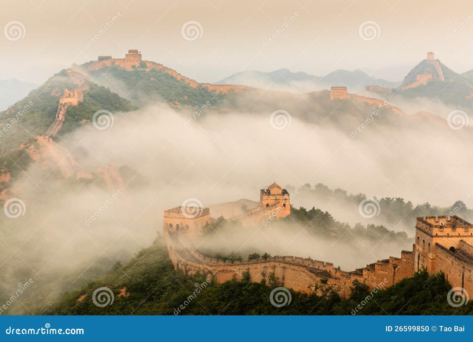 Восход солнца под высочеством Великой Китайской Стены