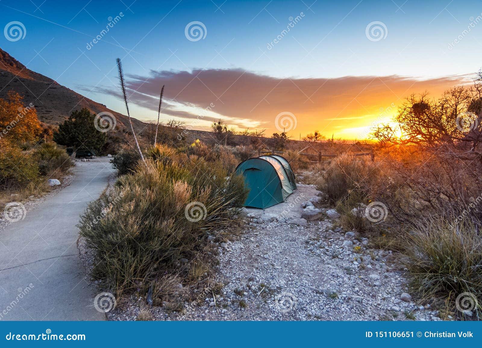 Восход солнца после ночи располагаться лагерем