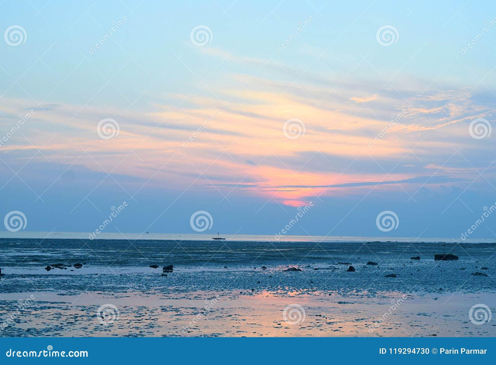 Восход солнца с красочным небом над бесконечным горизонтом и океаном - пляжем Vijaynagar, островом Havelock, Andaman, Индией