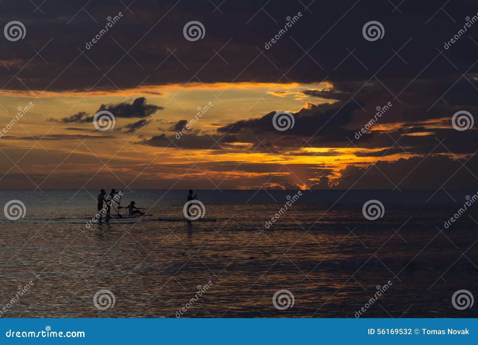 Восхождение на борт затвора людей во время захода солнца