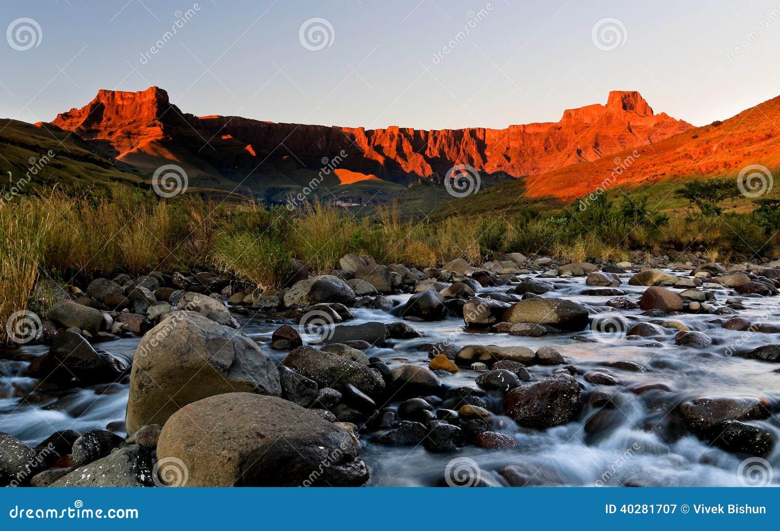 Восход солнца амфитеатра Drakensberg золотой