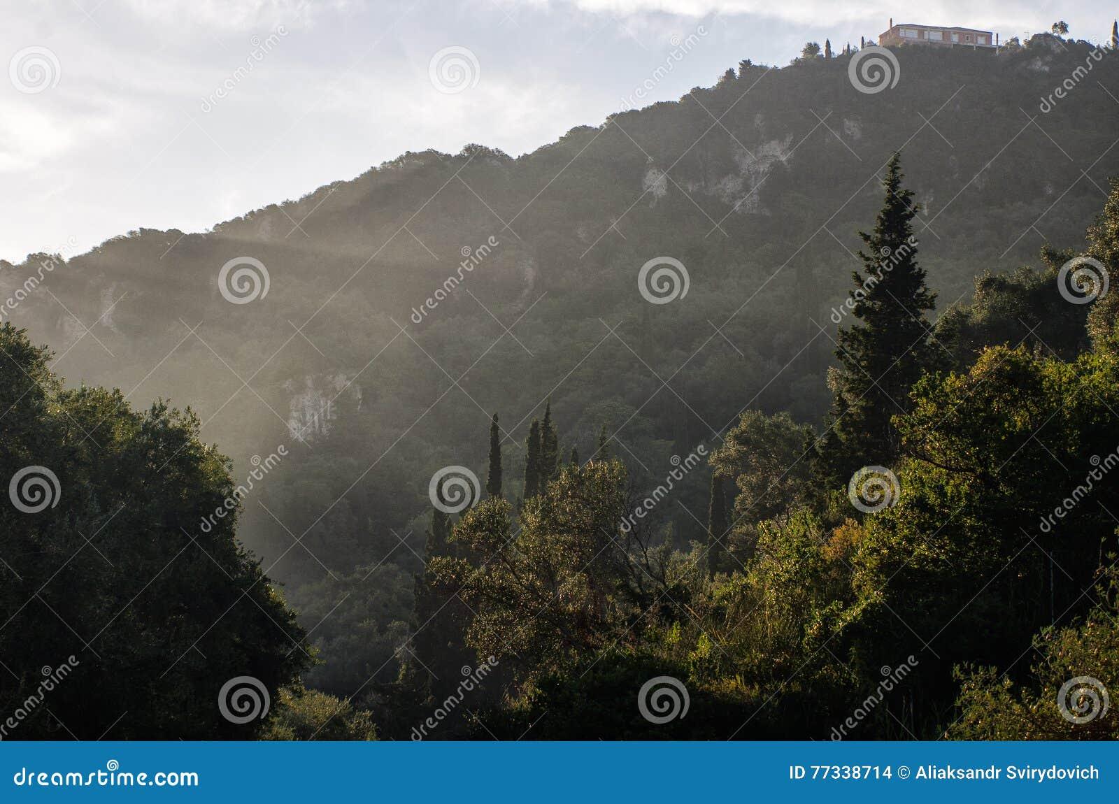 Восход солнца в горах греческо corfu