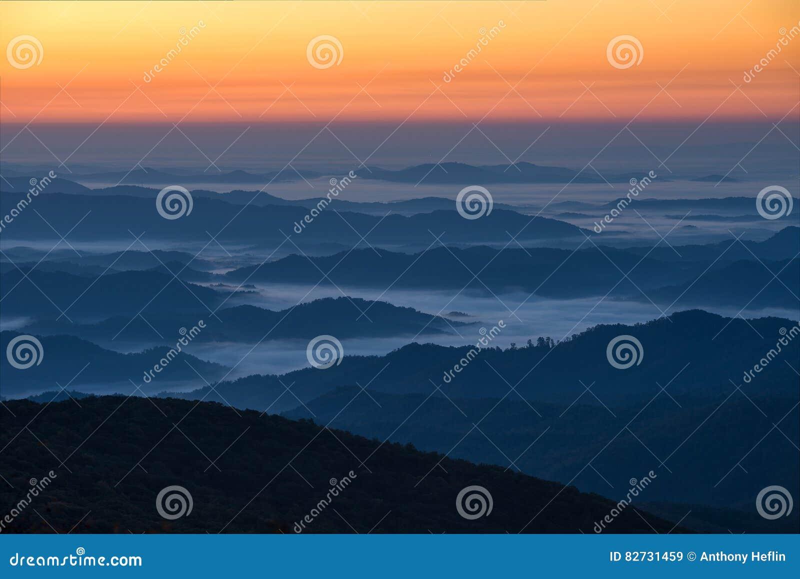 Восход солнца гор голубого гребня сценарный, Северная Каролина