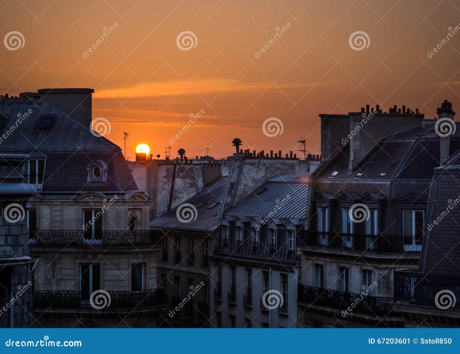 Восход солнца над верхними частями крыши Парижа