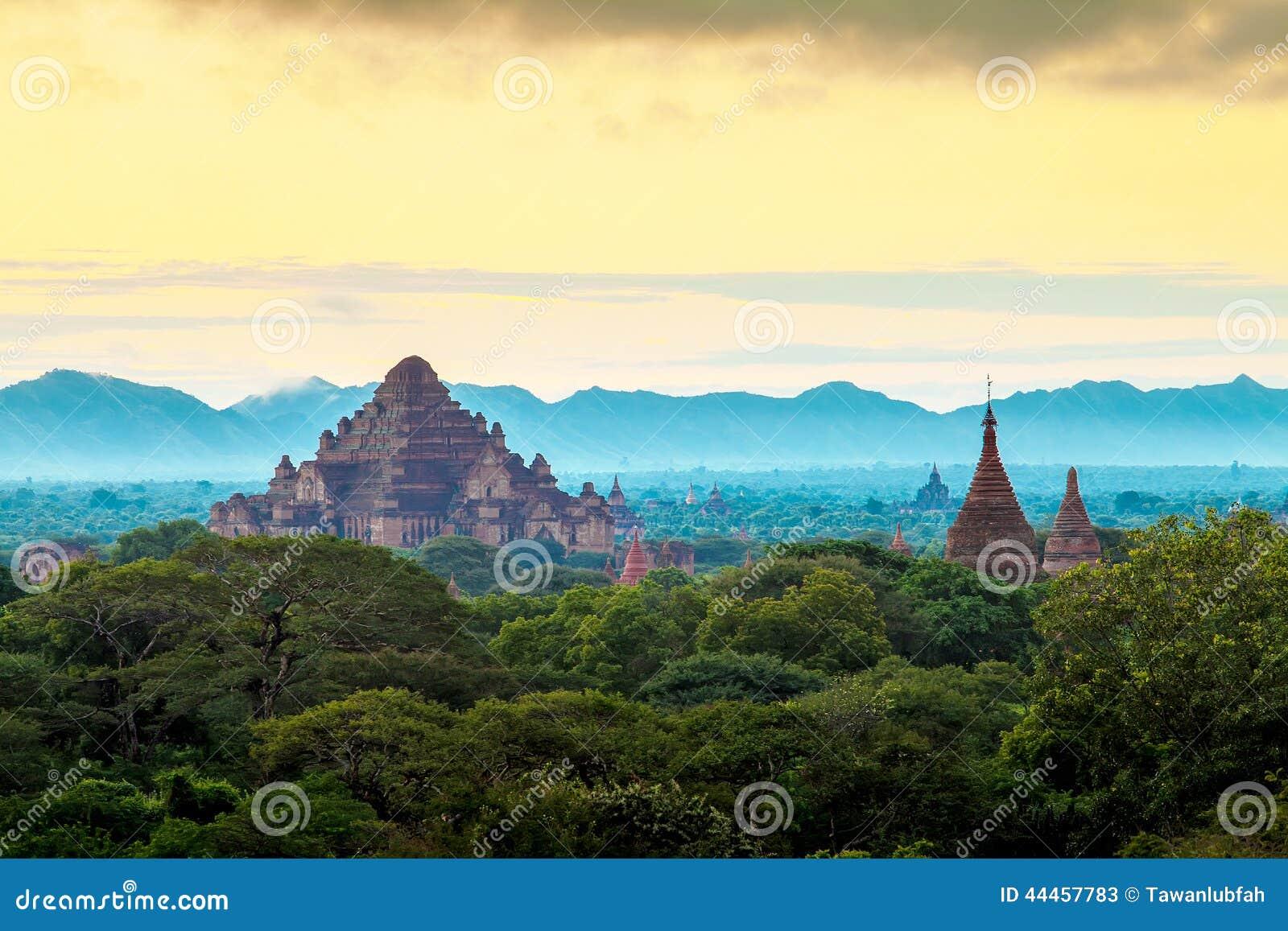 Восход солнца над висками Bagan, Мьянма