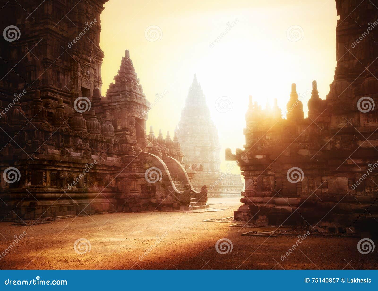 Восход солнца на виске Prambanan индусском Java, Индонесия