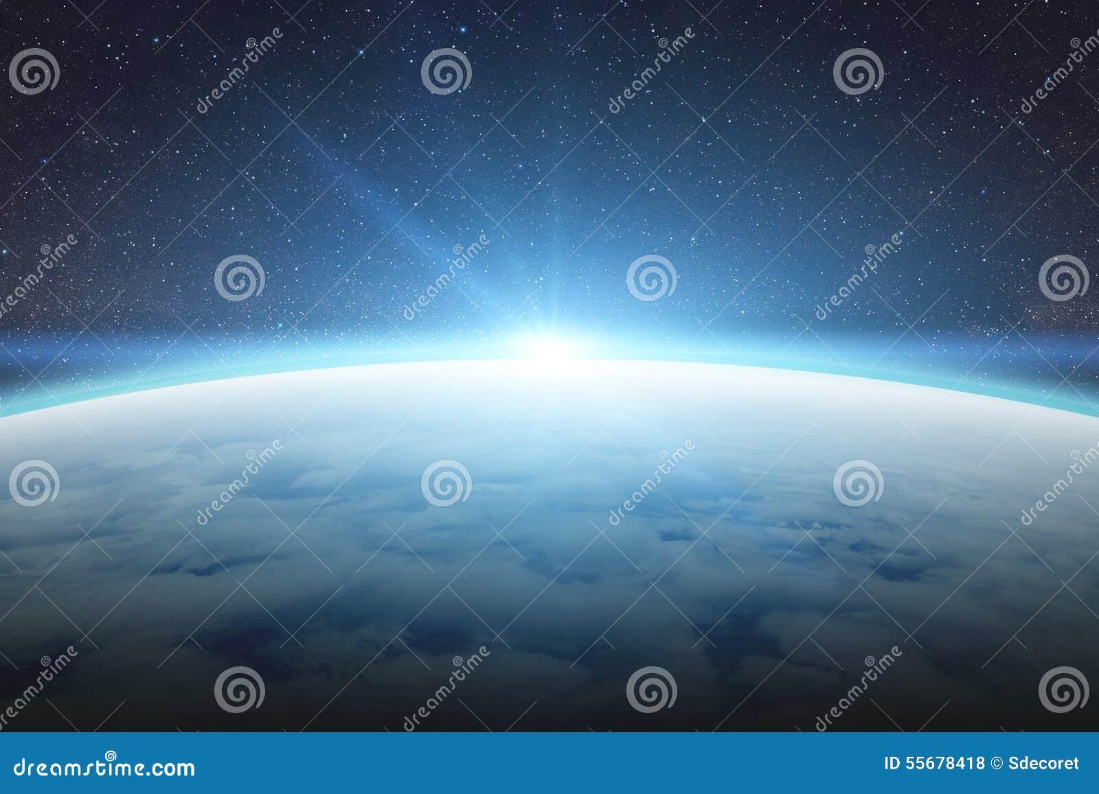 Восход солнца над землей планеты в космосе