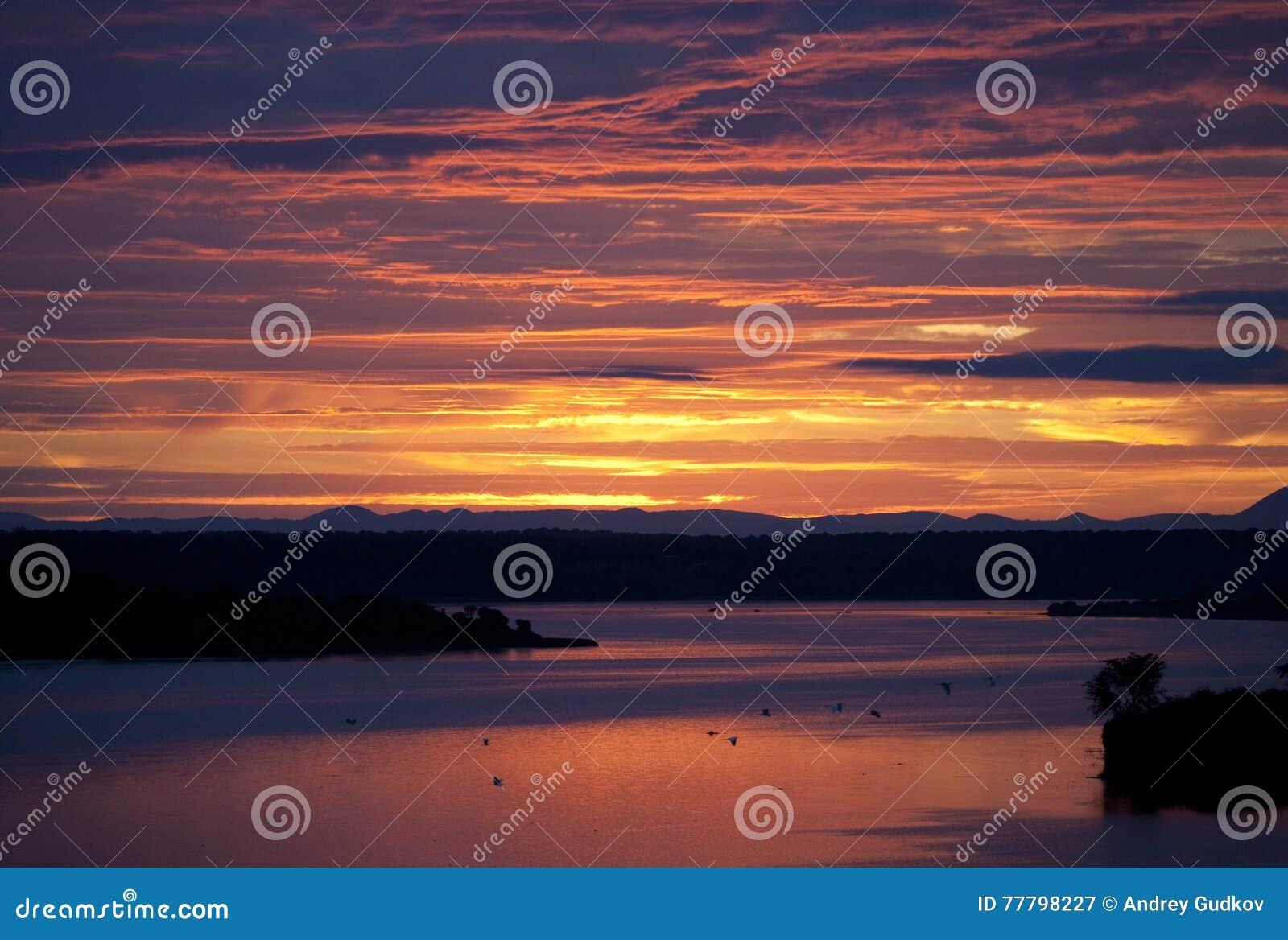 Восход солнца над каналом Kazinga вышесказанного Уганда