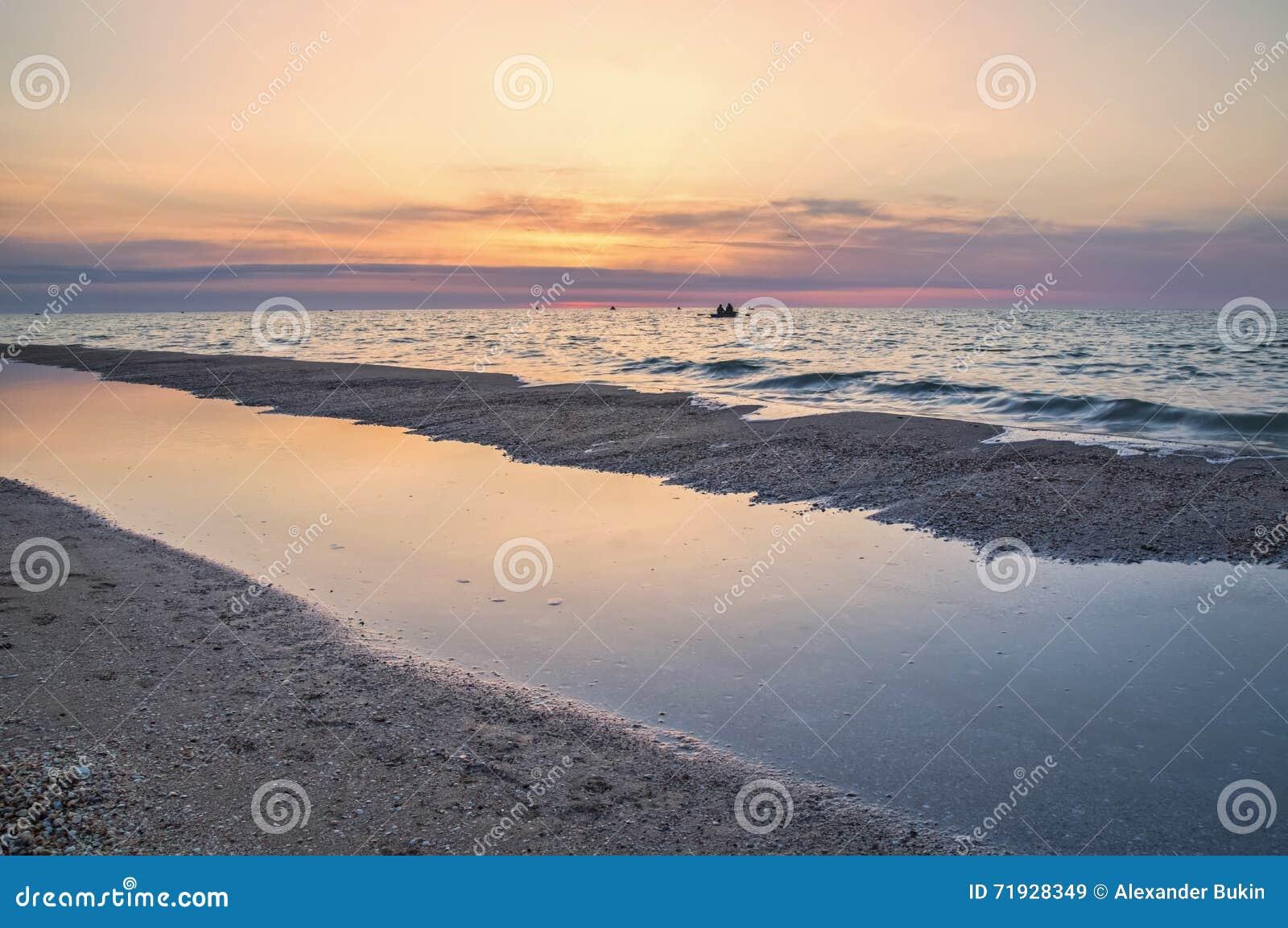 Восход солнца на море, рыболовы утра в шлюпках