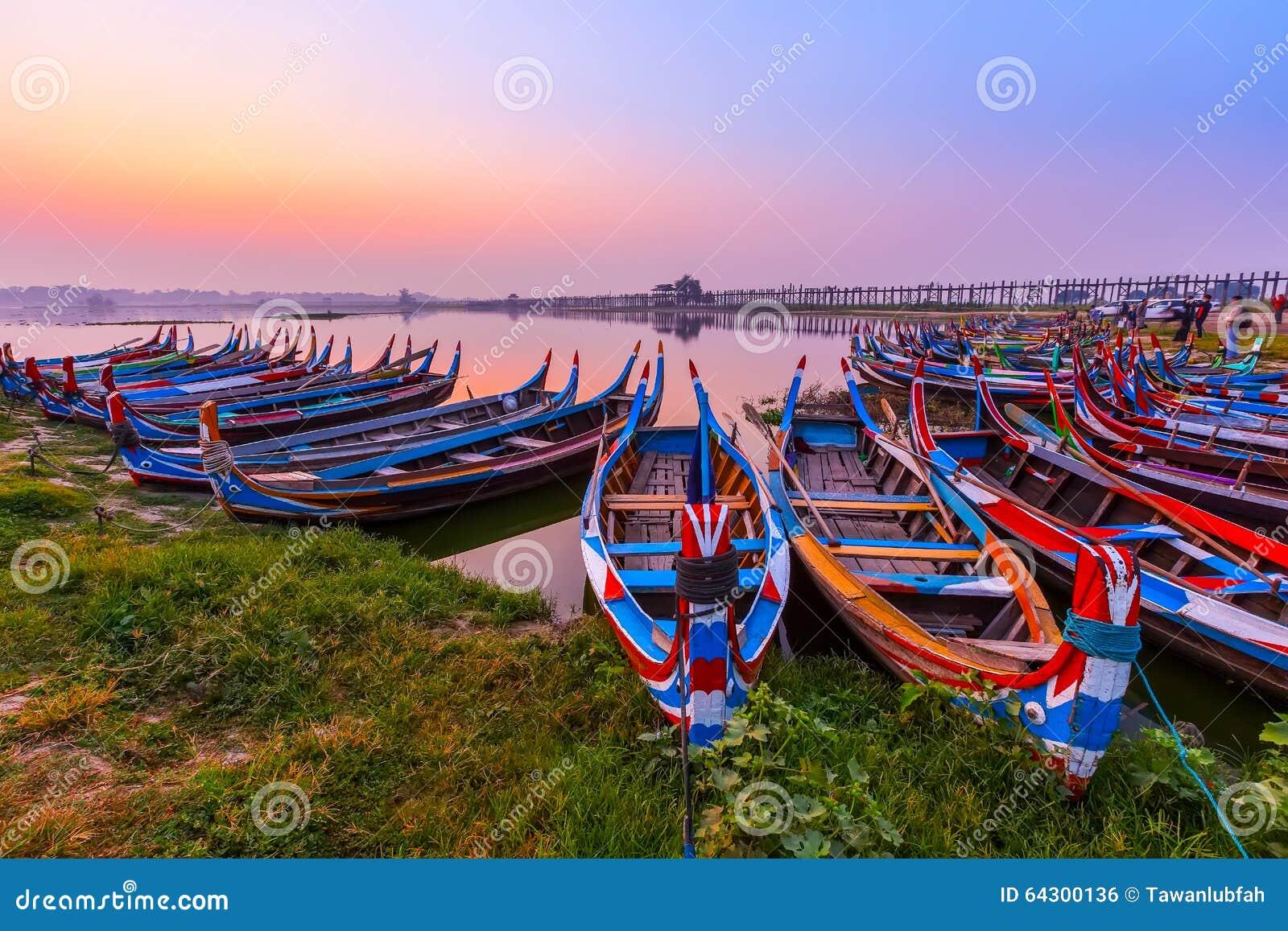 Восход солнца на мосте u Bein с шлюпкой, Мандалаем, Мьянмой