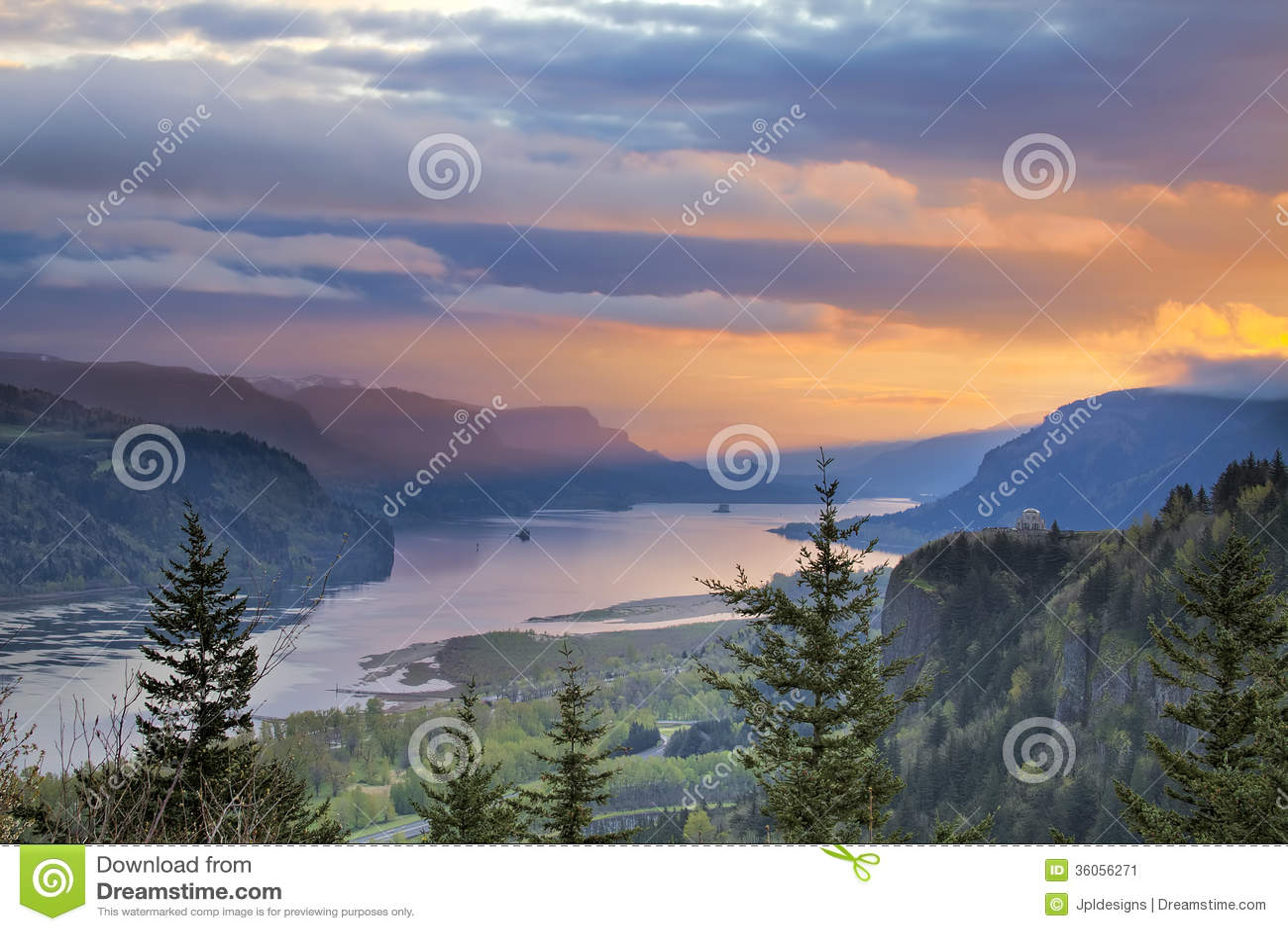 Восход солнца над пунктом кроны на ущелье Рекы Колумбия