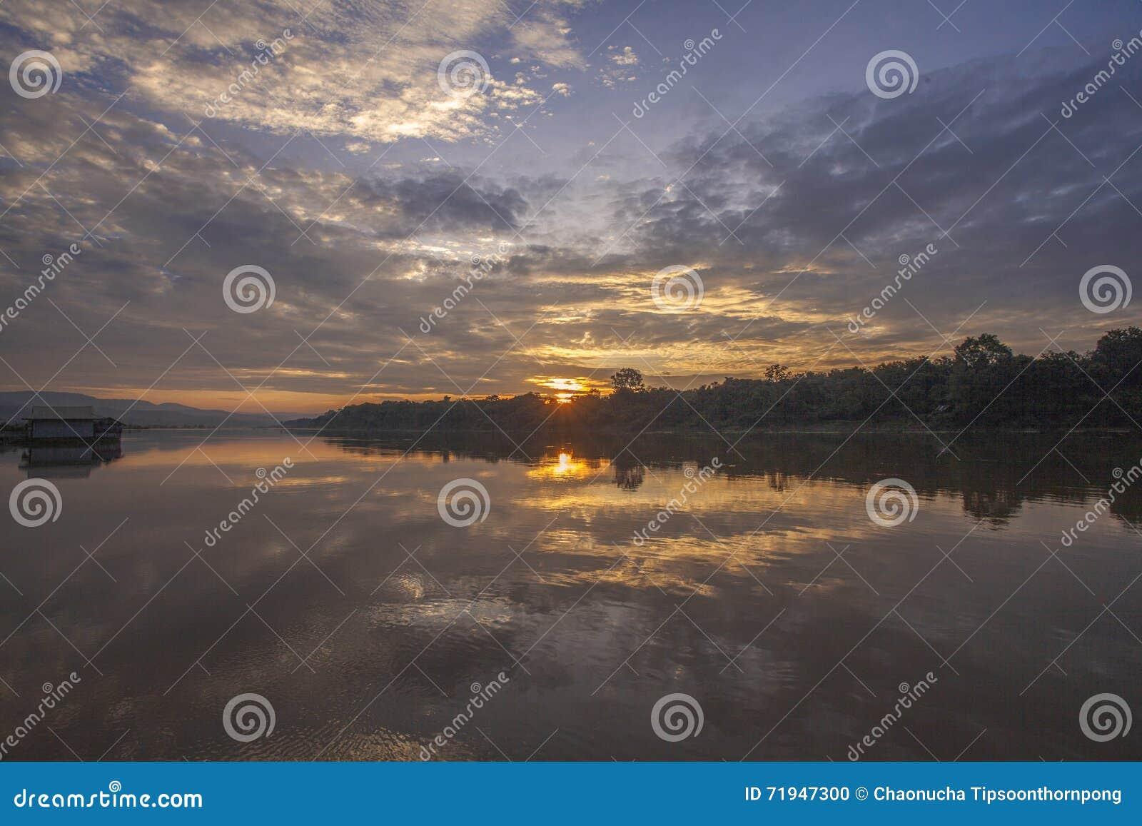 Восход солнца на реке Таиланде луны