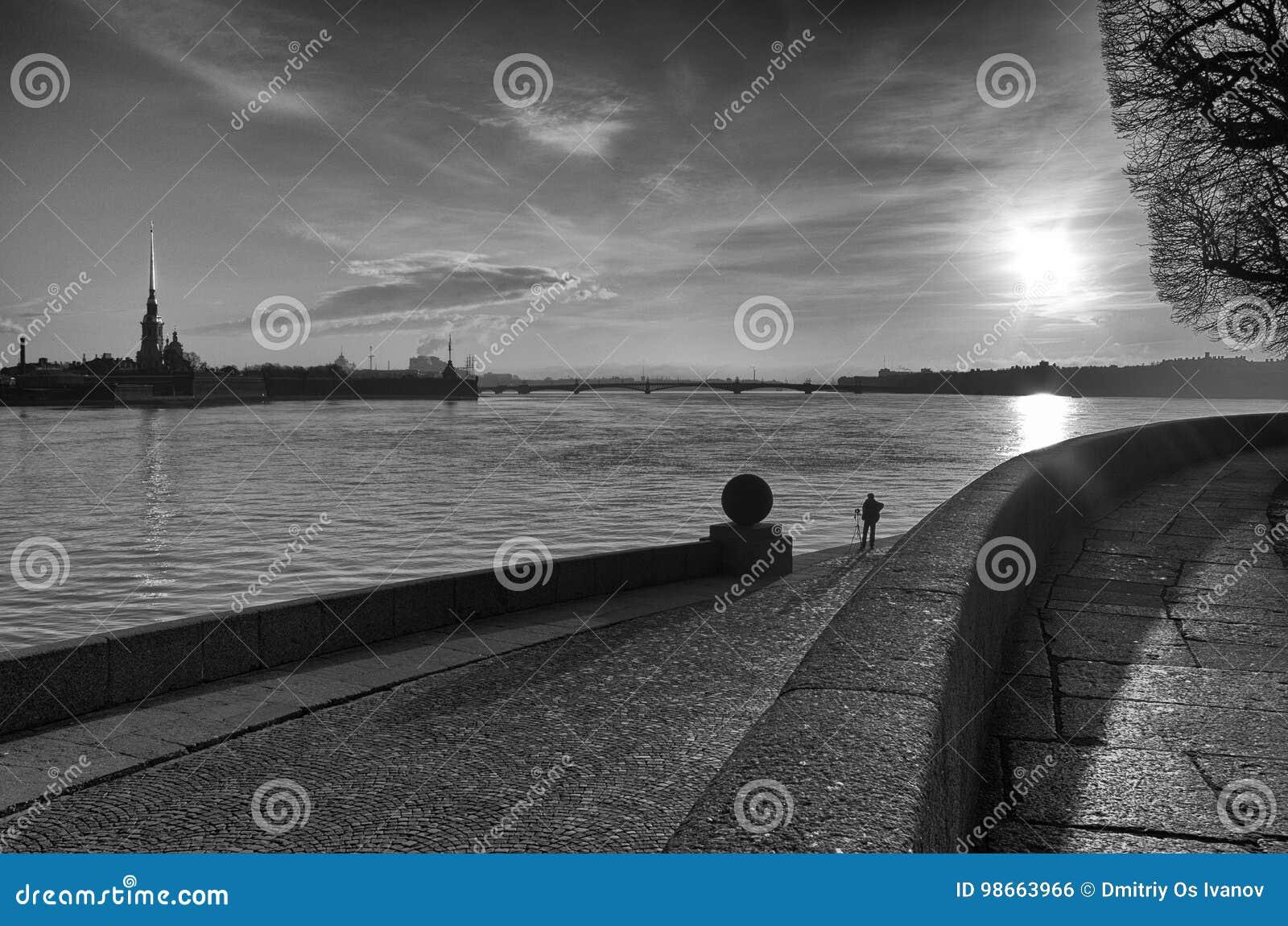 Восход солнца над рекой Neva в monochrome