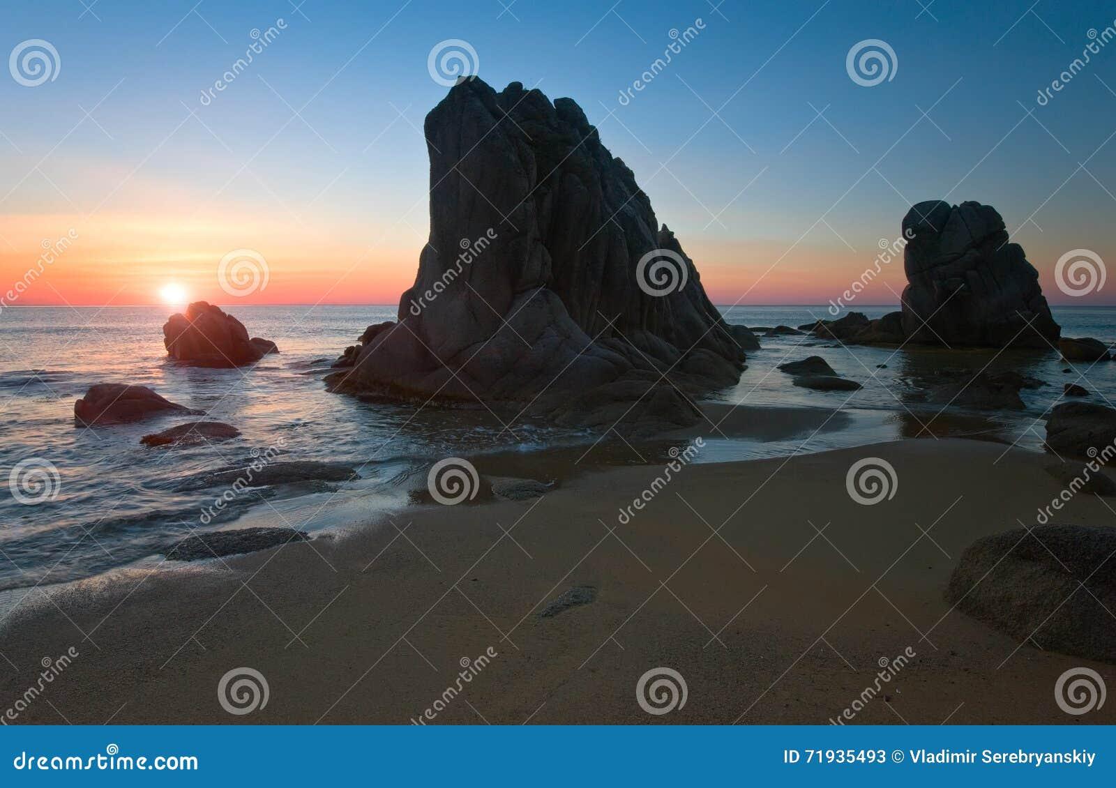 Восход солнца на скалистом seashore