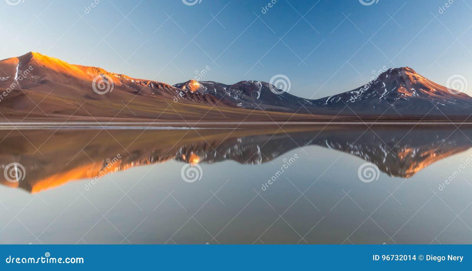 Восход солнца на Laguna LejÃa, пустыне Atacama с вулканом Laskar