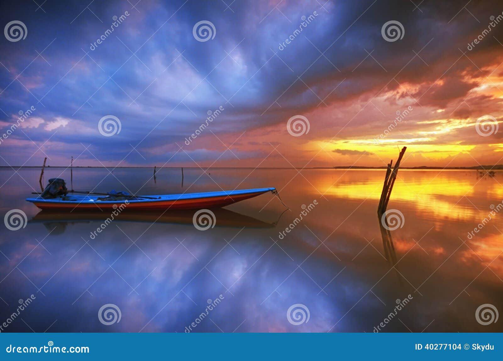 Восход солнца шлюпки рыболова