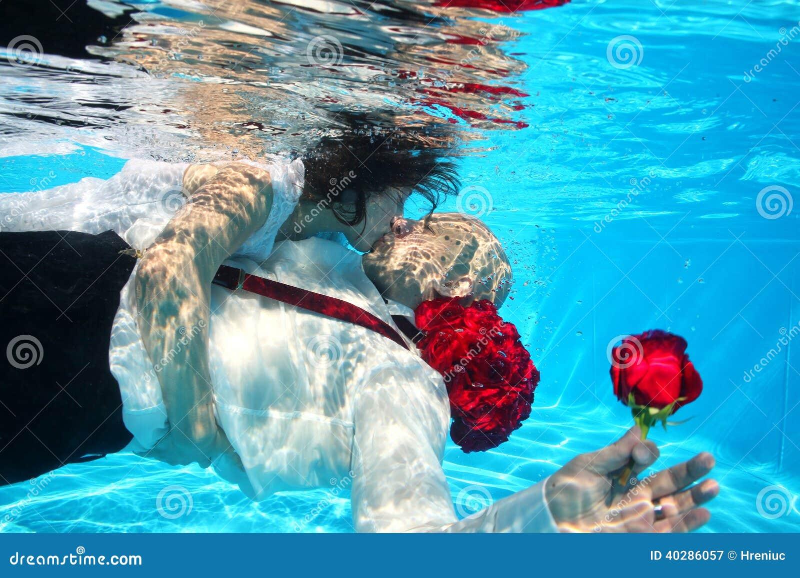 Вода бассейна пикирования жениха и невеста целуя подводная подняла