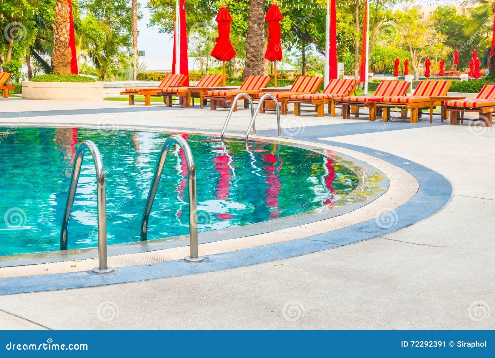 Download вода зонтиков заплывания бассеина Стоковое Изображение - изображение насчитывающей сад, напольно: 72292391