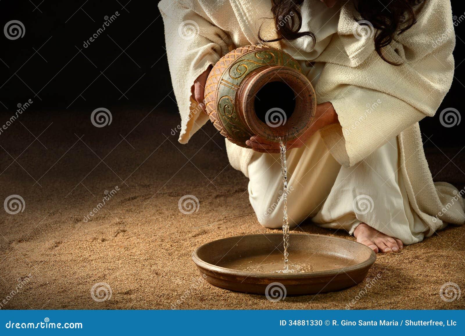 Вода Иисуса лить в лоток