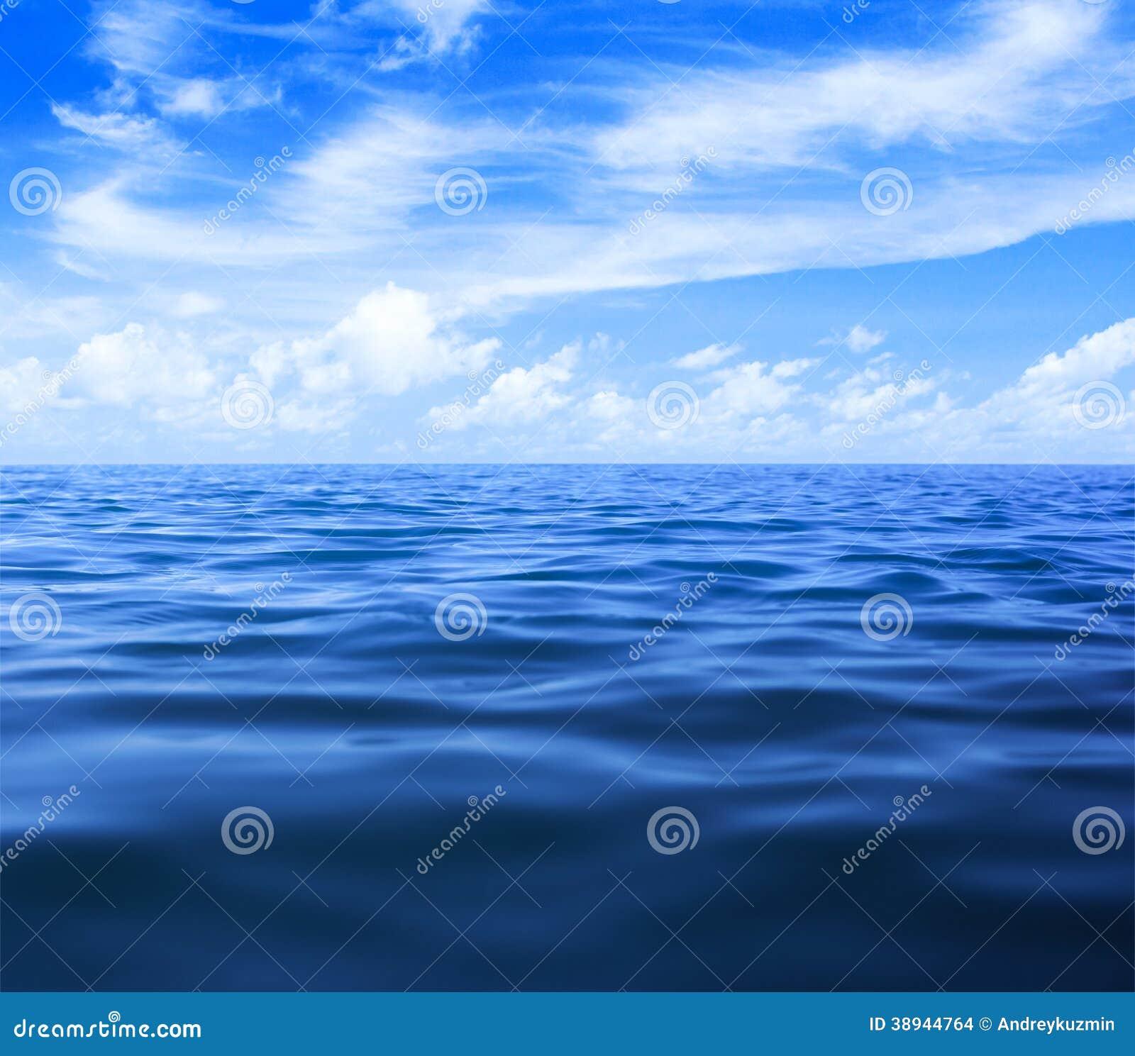 Вода моря или океана с голубым небом и облаками