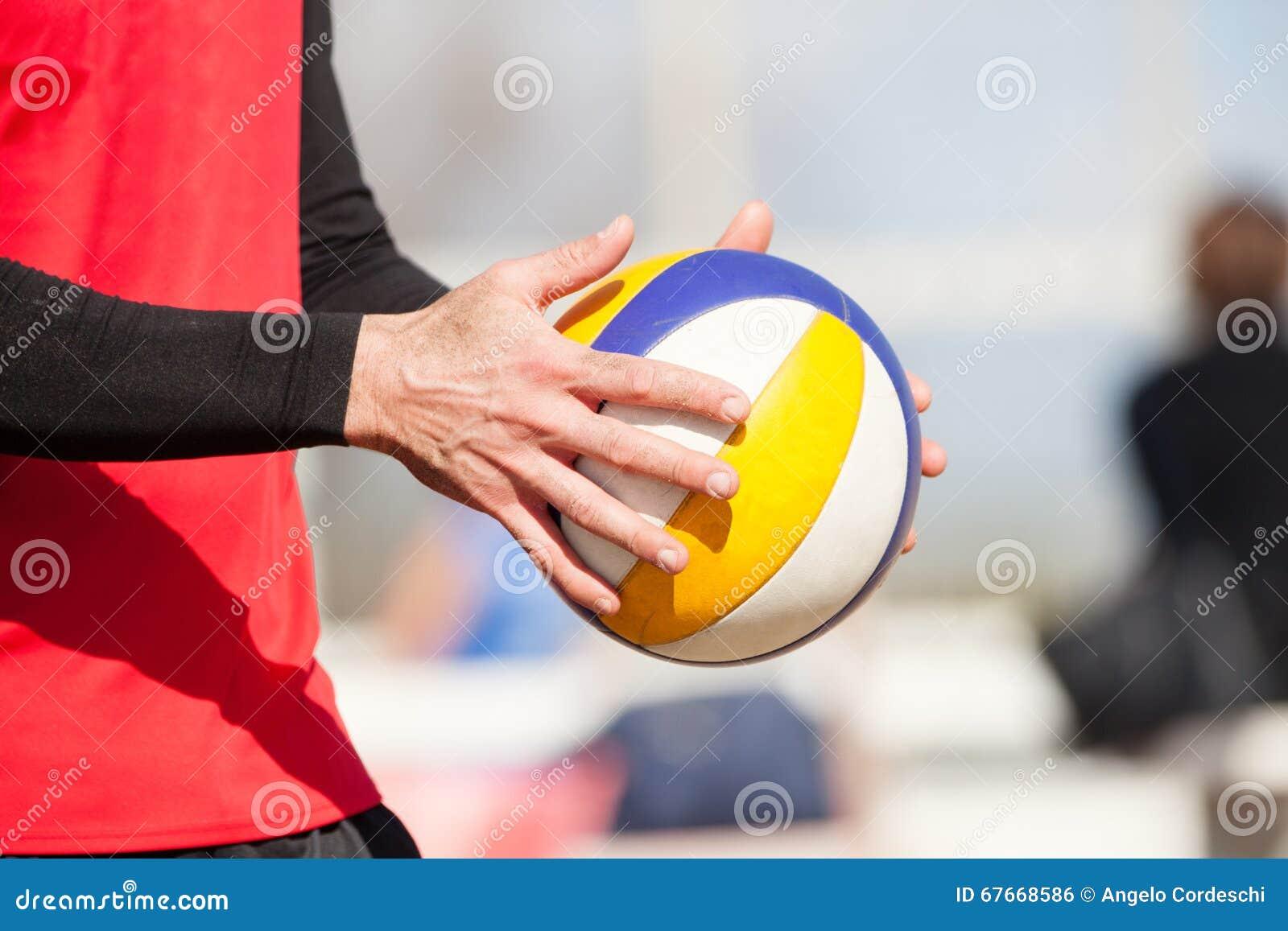 Волейболист пляжа, играя лето Руки с шариком