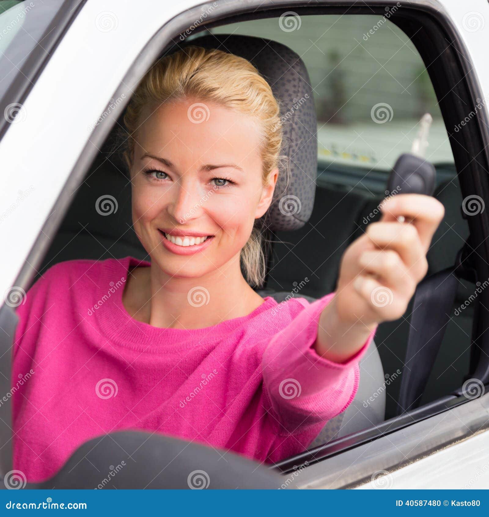 Водитель женщины показывая ключи автомобиля