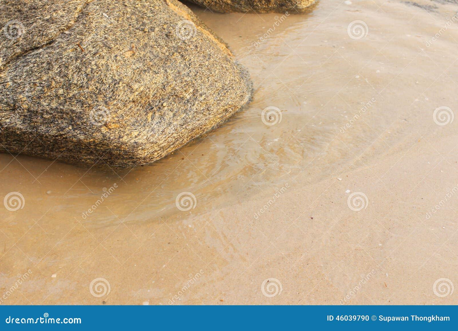 Волна на скалистом и пляже
