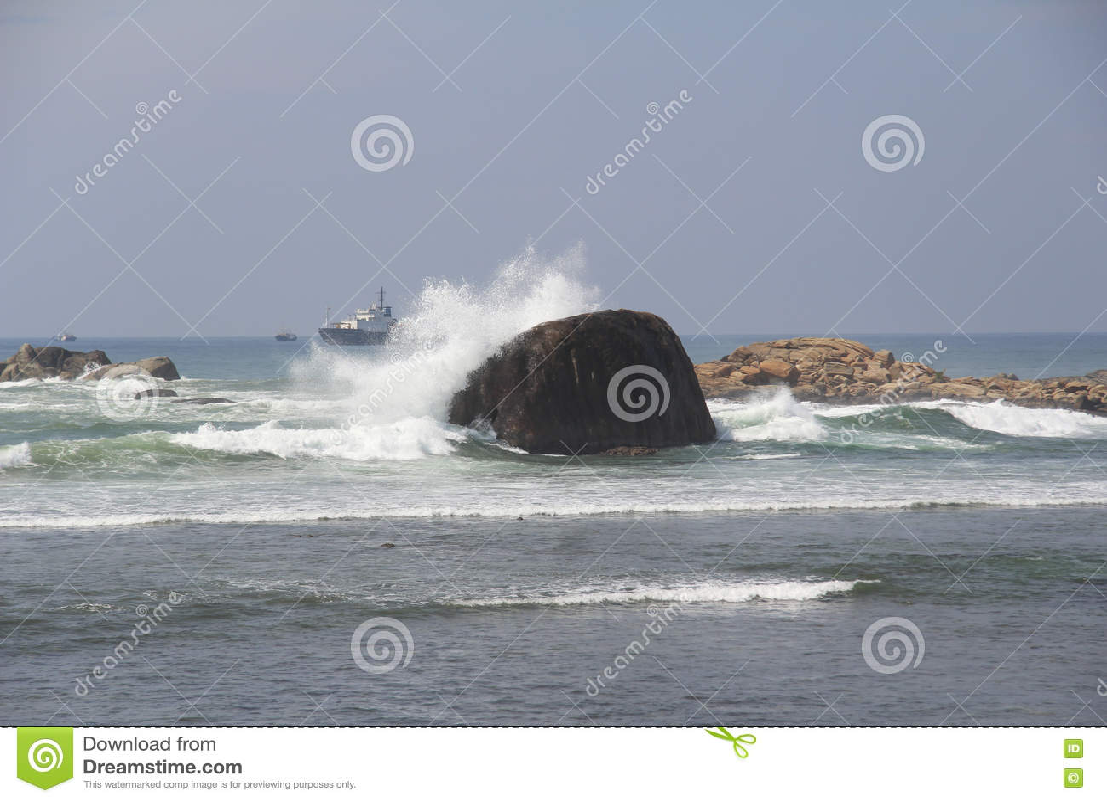 Волна ‹â€ ‹â€ моря ломая на большом камне