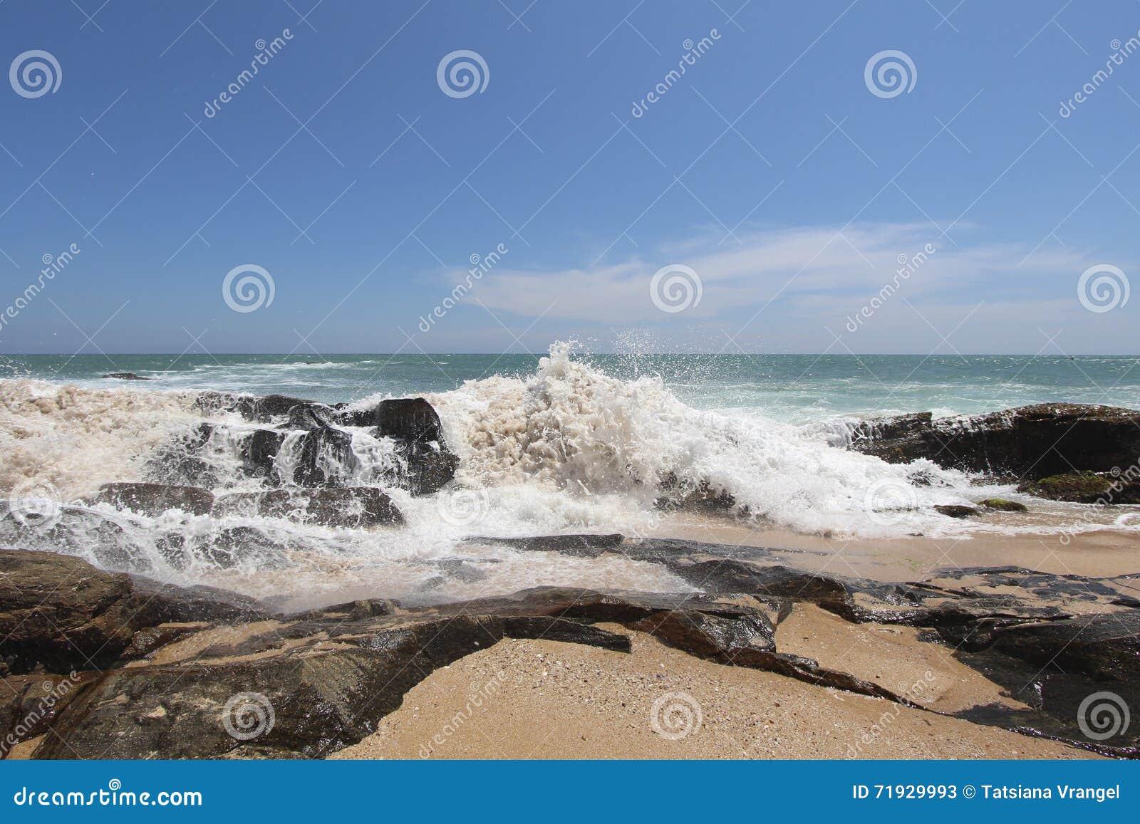 Волны на береге Индийский океан