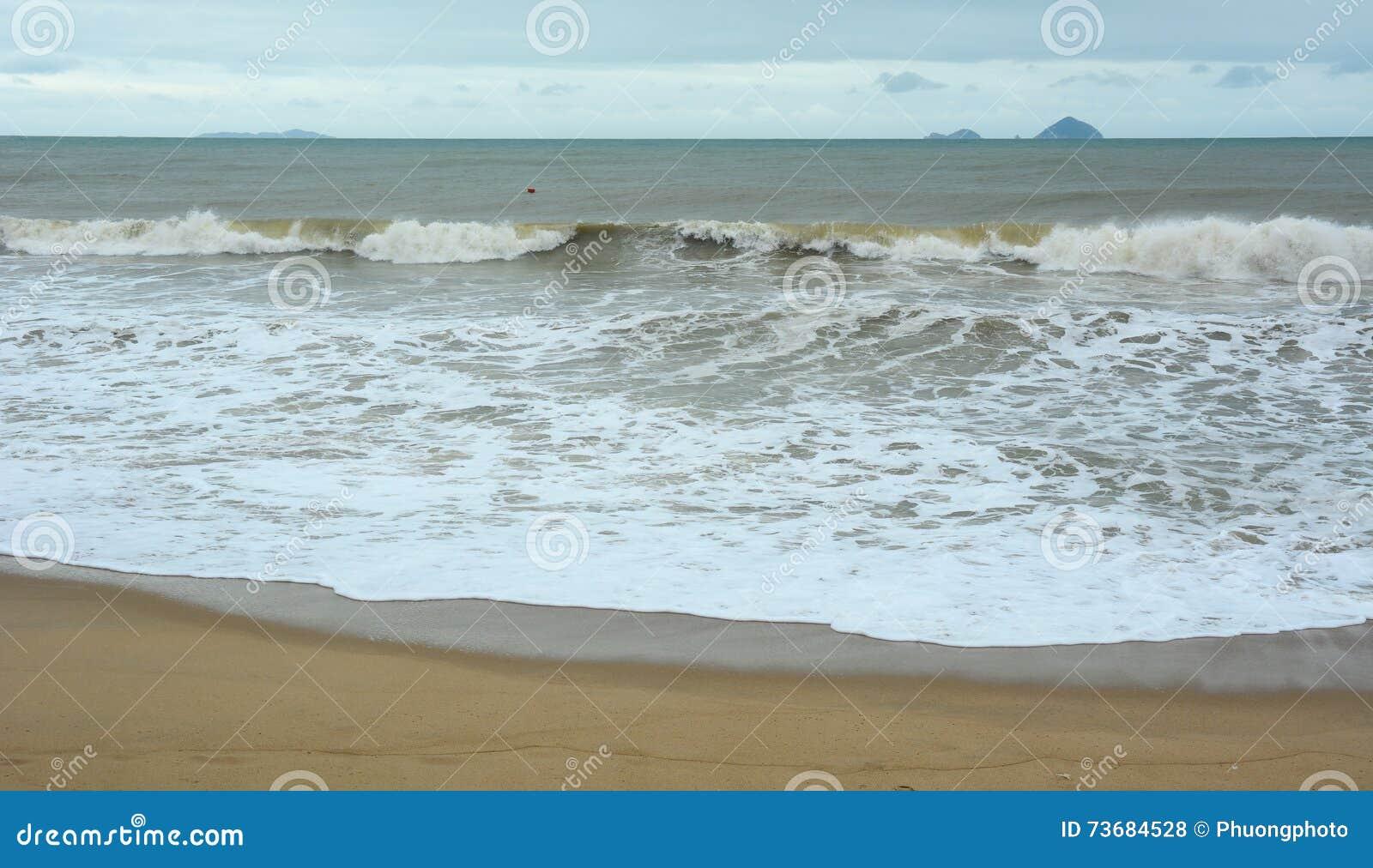 Волны на море в Nha Trang, Вьетнаме