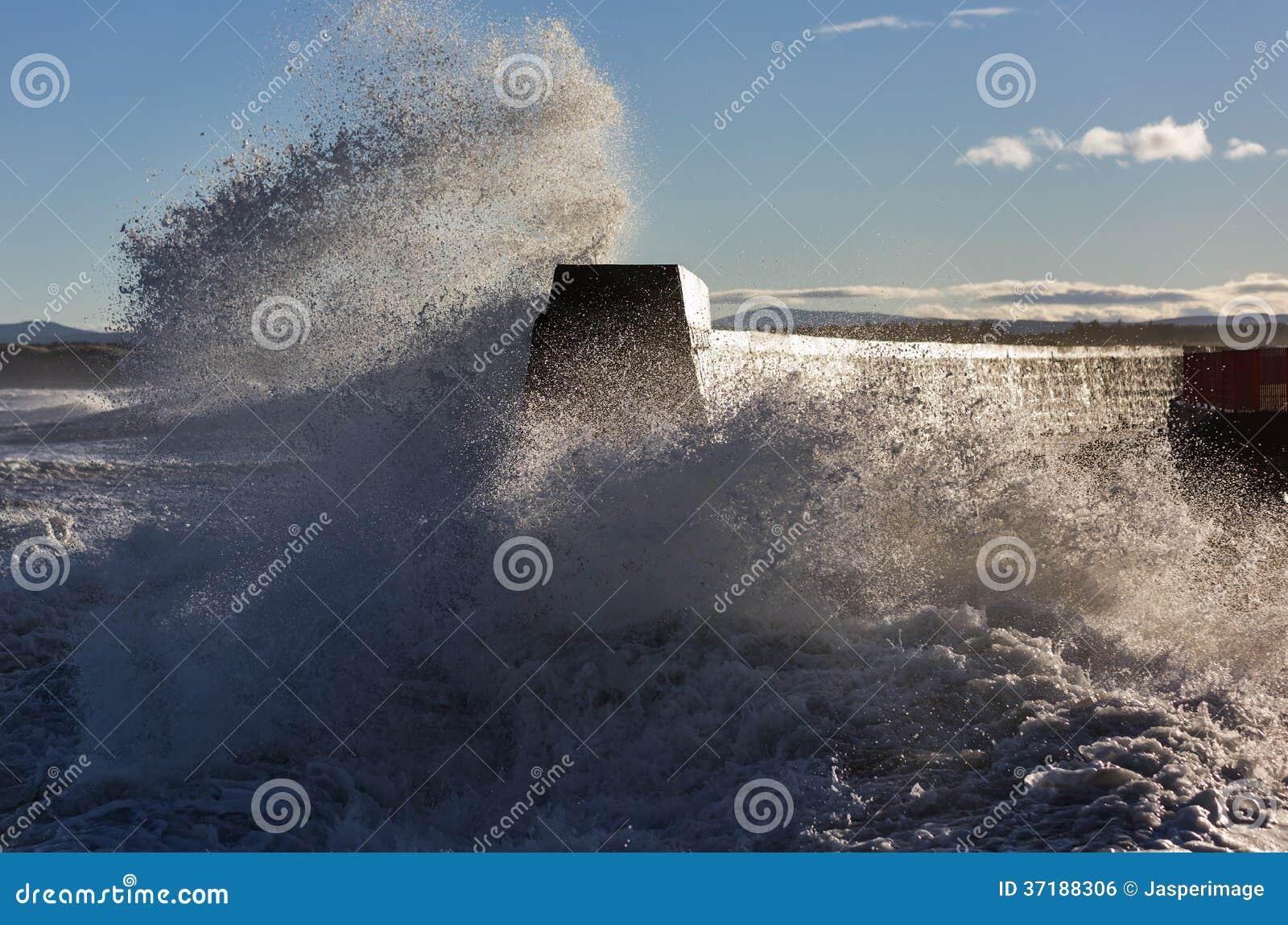 Волны разбивая на Lossiemouth.