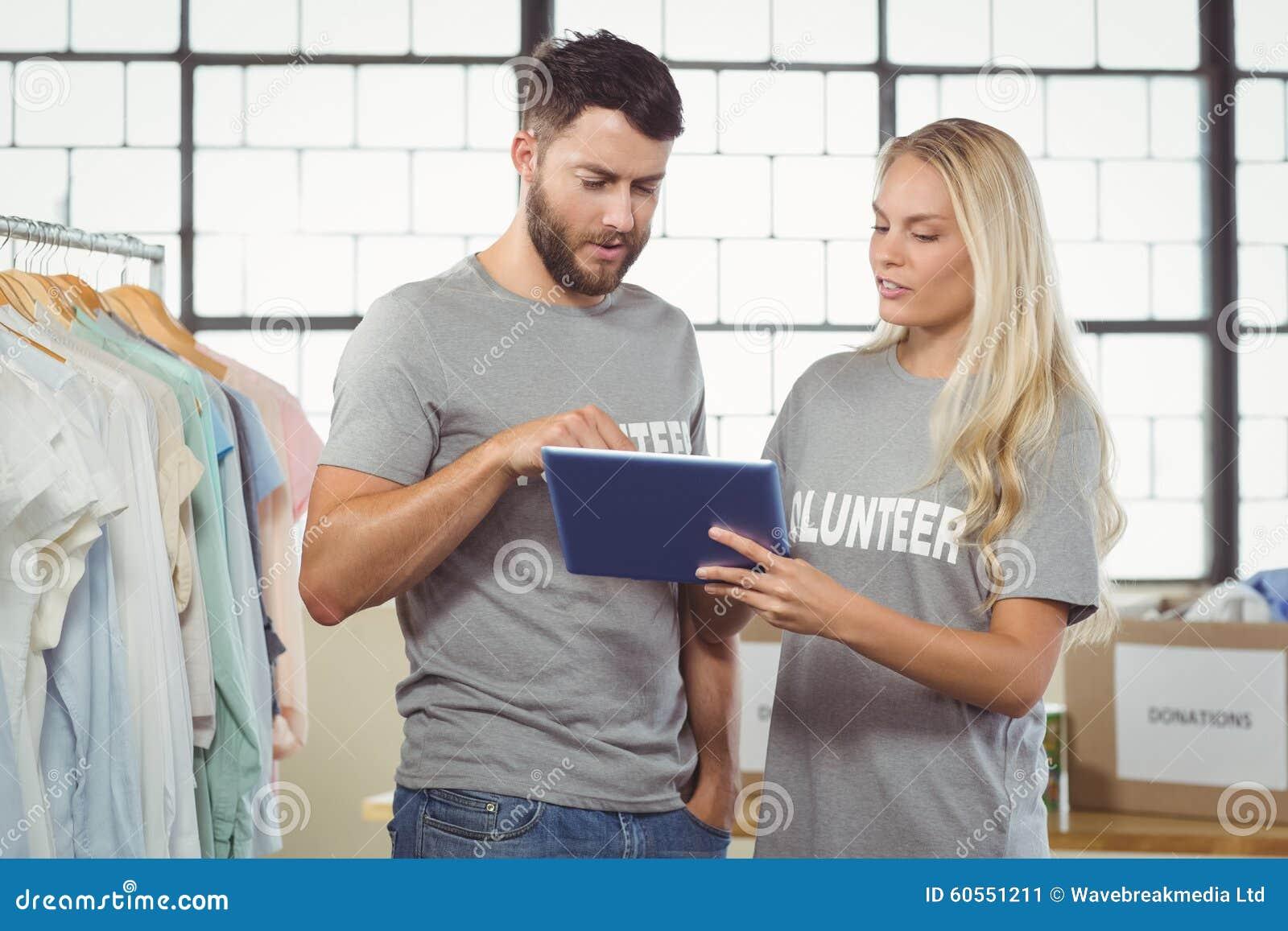 Волонтеры используя цифровую таблетку