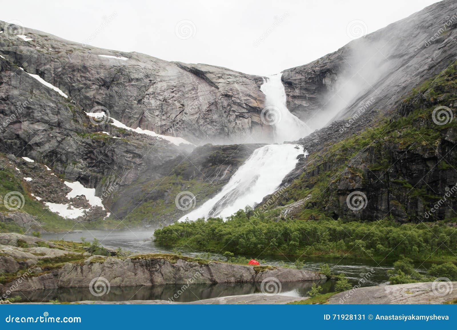 Водопад в долине Husedalen в национальном парке Hardangervidda, Норвегии