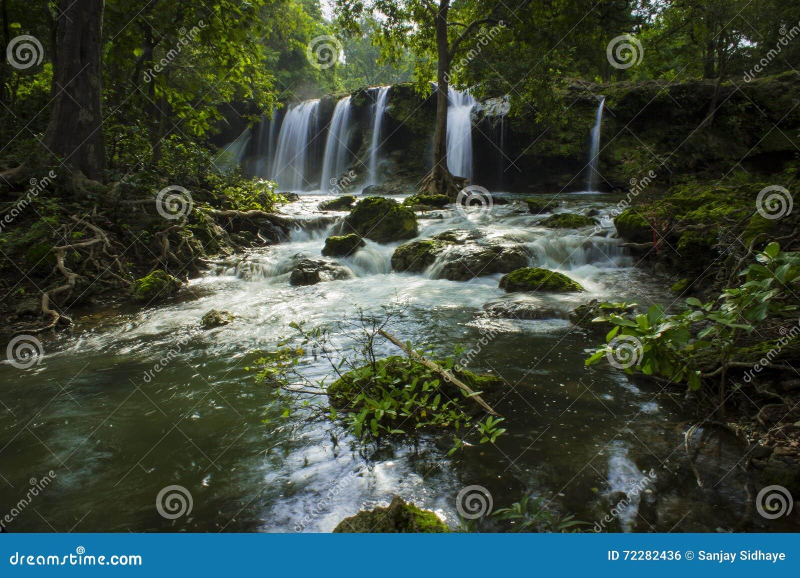 Download Водопад - обои стоковое фото. изображение насчитывающей около - 72282436