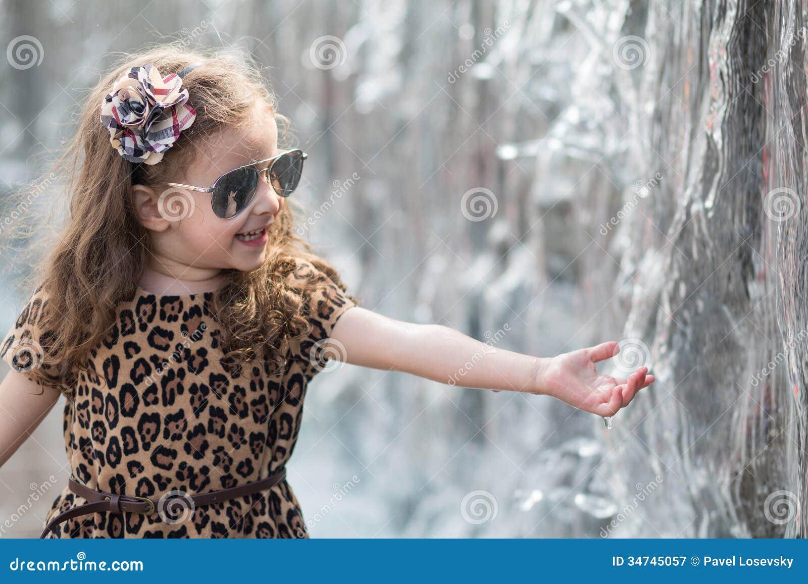 Фото как маленькая девочка трогает писюн 22 фотография
