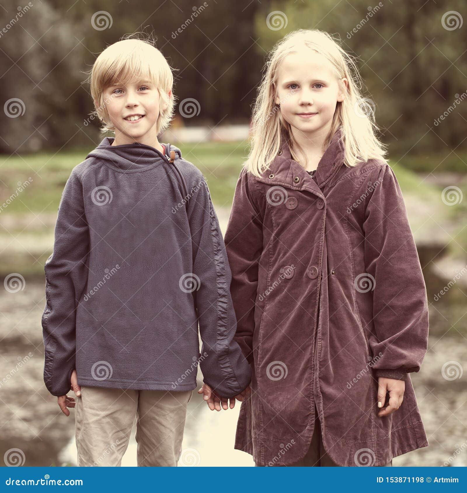 Во первых полюбите, романтичная концепция, мальчик и девушка держа руки