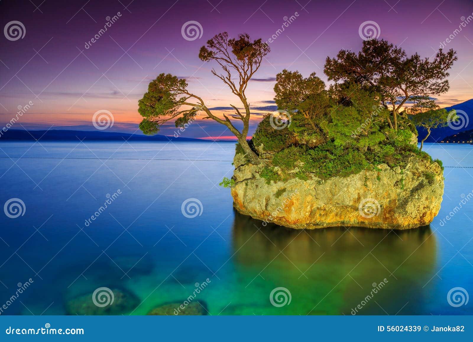 Волшебный остров утеса на заходе солнца, Brela, Makarska riviera, Далмации, Хорватии, Европе