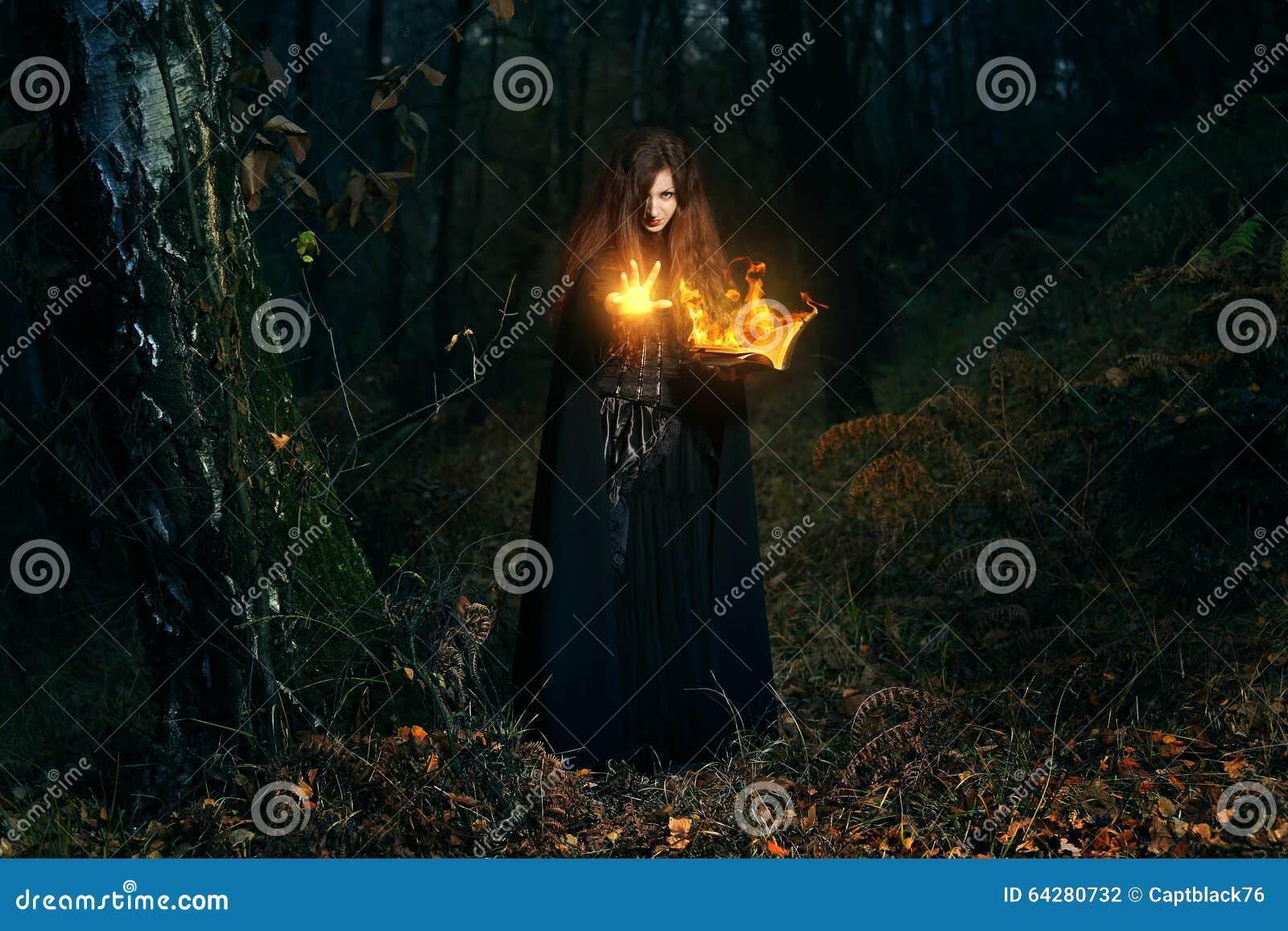 Волшебство огня отливки хранителя леса