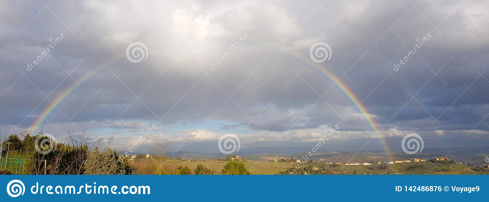 Впечатляющая полная радуга над холмами Chianti, Тоскана, Италия
