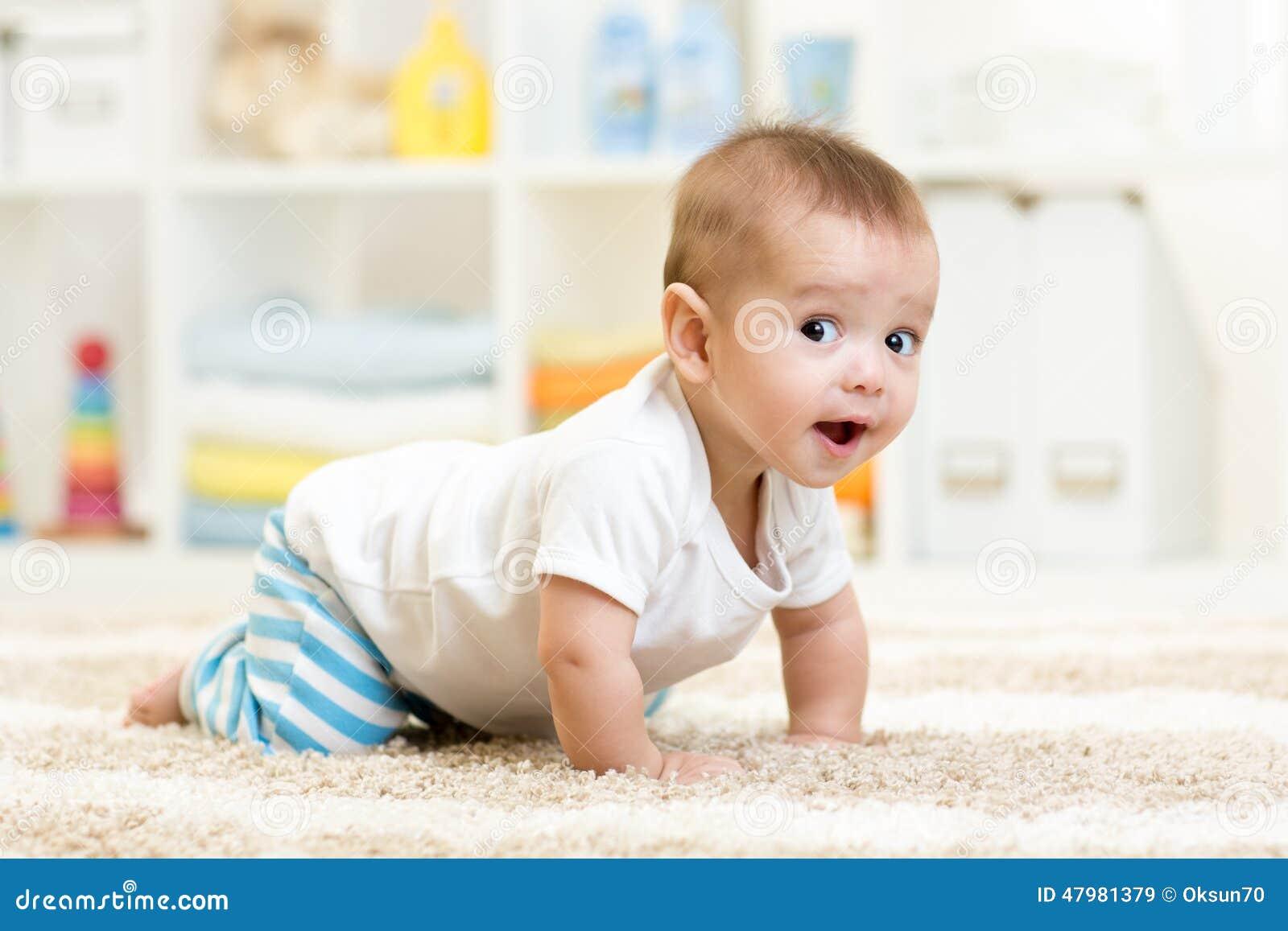 Вползая ребёнок внутри помещения