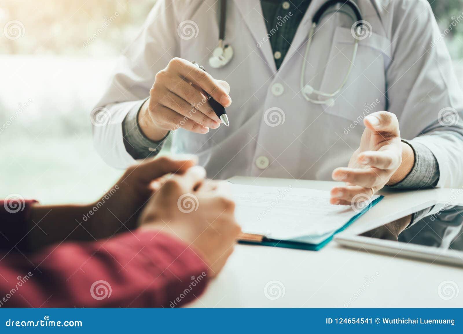 Врачуйте говорить к пациенту о менопаузе и обработке в f