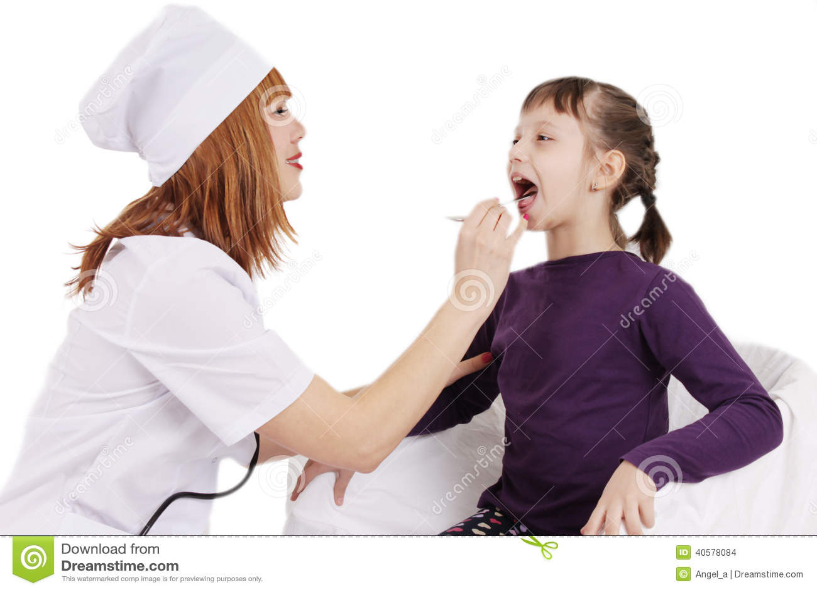 Врачуйте проверять горло молодой терпеливой девушки над белизной
