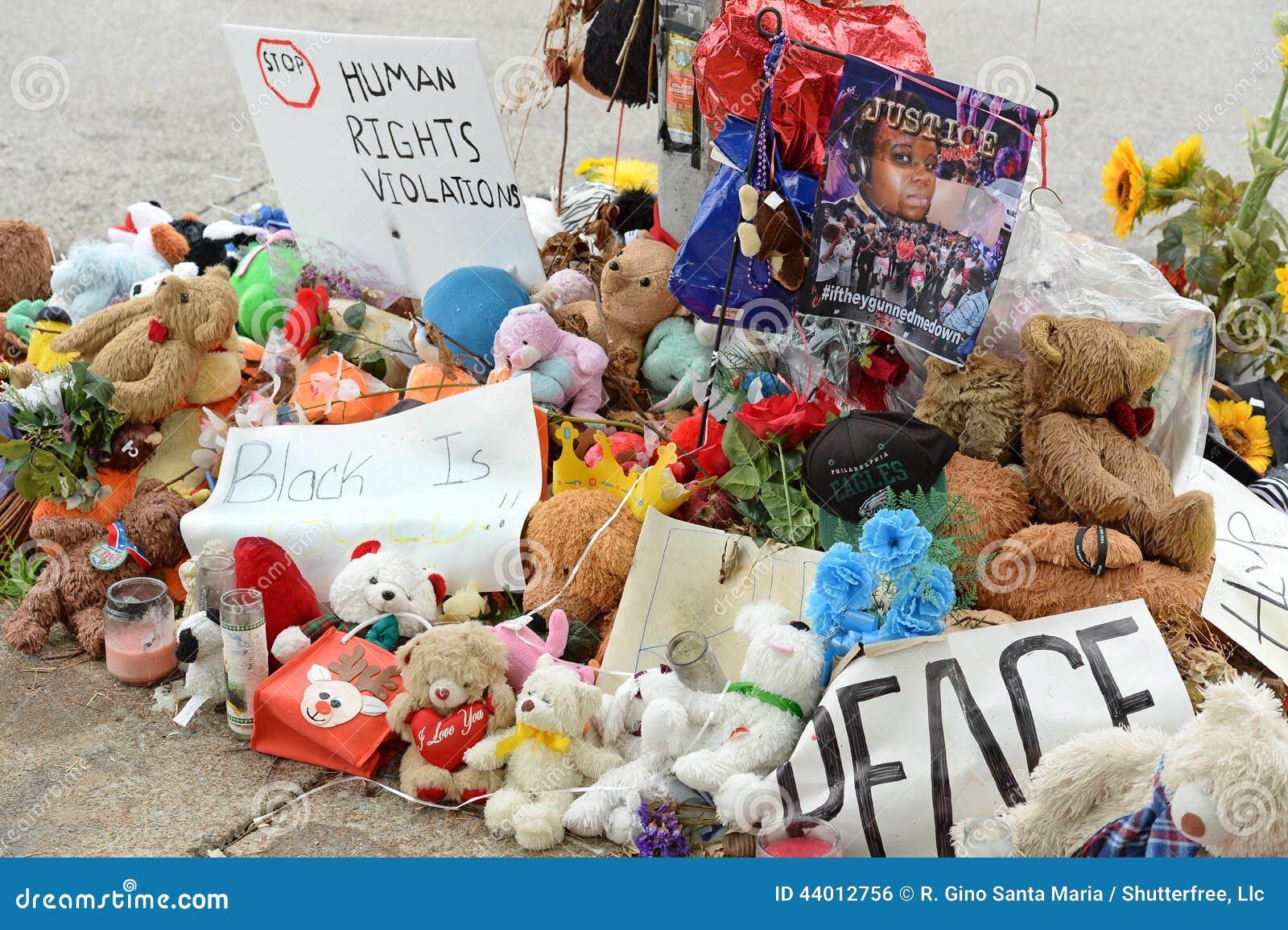 Временный мемориал для Майкл Брайна в Ferguson MO