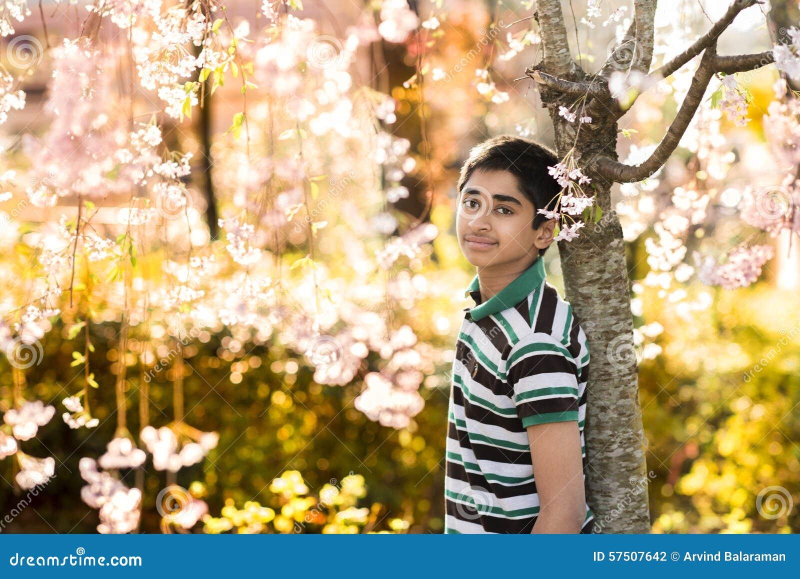 Время весны… подняло листья, естественная предпосылка